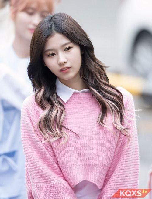 Kiểu tóc dài ngang lưng uốn xoăn nhẹ đẹp cho nữ sinh đến trường cực hot 2019